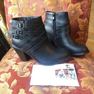 Journee Collection Black Buckle Heel Booties ♥️